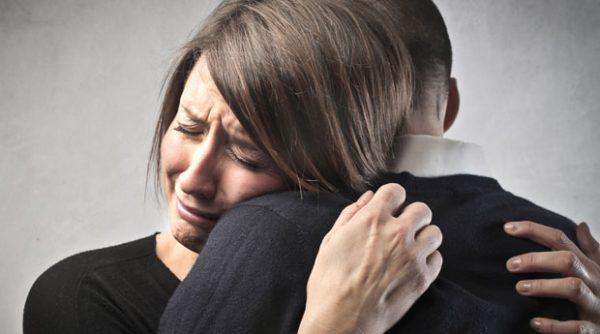 Женщина плачет и обнимает мужчину